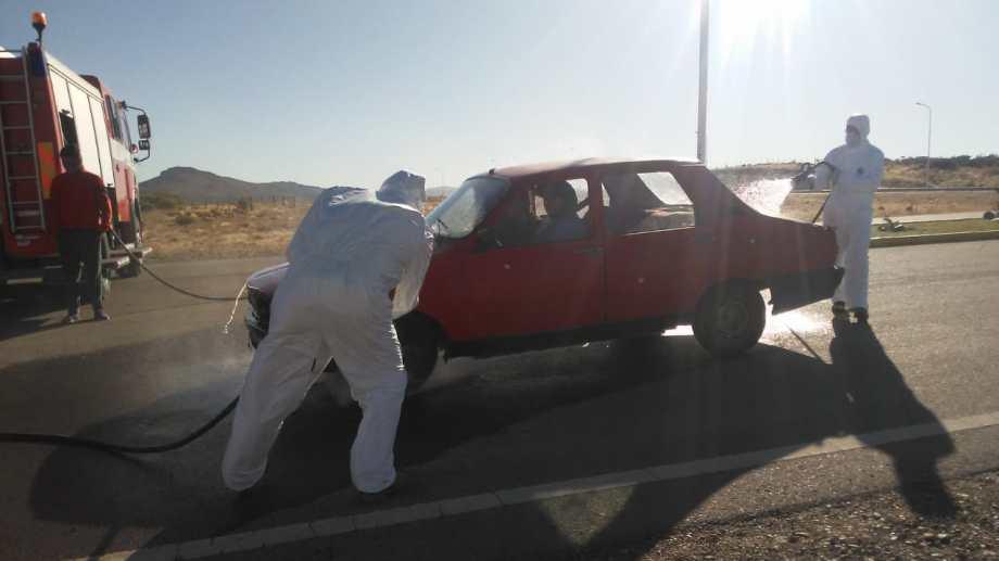 Bomberos voluntarios desinfectan los vehículos que entran a Pilcaniyeu. (Foto Gentileza)