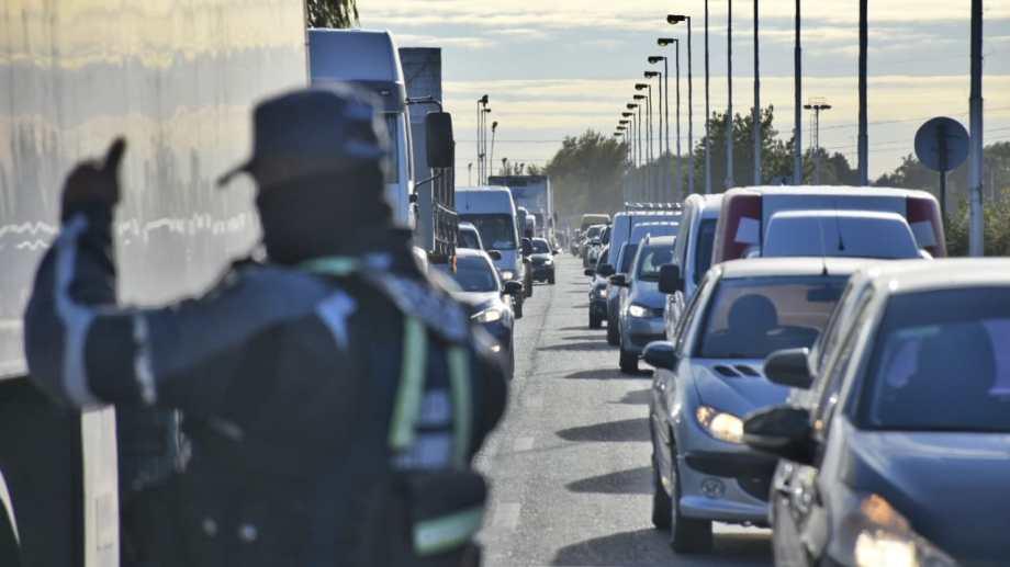Los controles en los puentes entre Cipolletti y Neuquén sumaron nuevas medidas. Foto: Florencia Salto