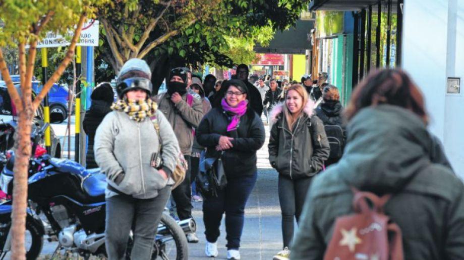 Así estaba ayer la calle Tucumán, junto al Banco Nación en Roca. A pesar de las sillas dispuestas, la gente no dejó de hacer colas.
