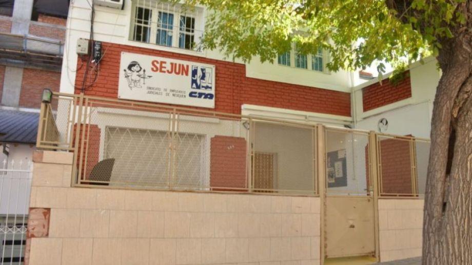 La sede de los empleados judiciales estaba cerrada ayer a la tarde. (Yamil Regules)