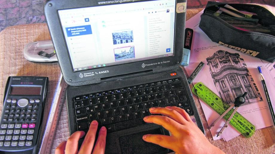 Las cátedras más concurridas son las que presentan mayores inconvenientes en el aula virtual. (FOTO: Oscar Livera)