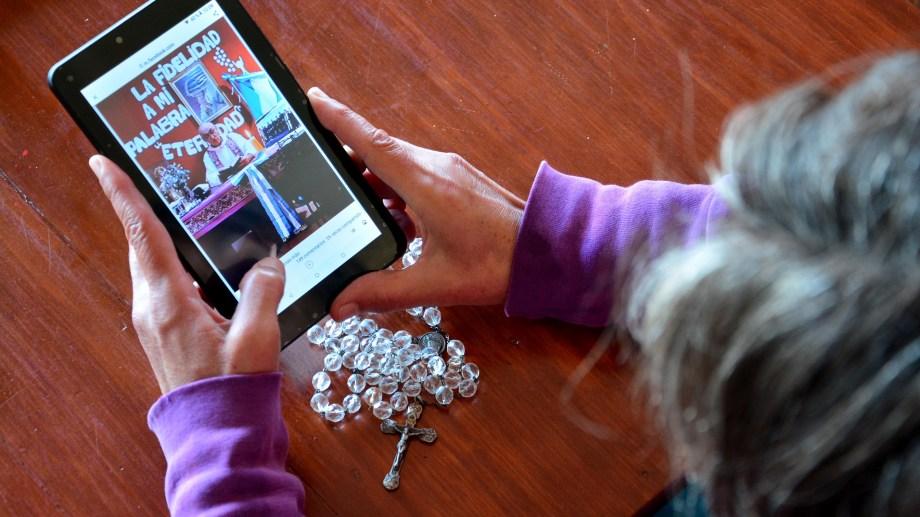 Las redes sociales, una nueva vía para los católicos de la zona. Foto: Marcelo Ochoa.