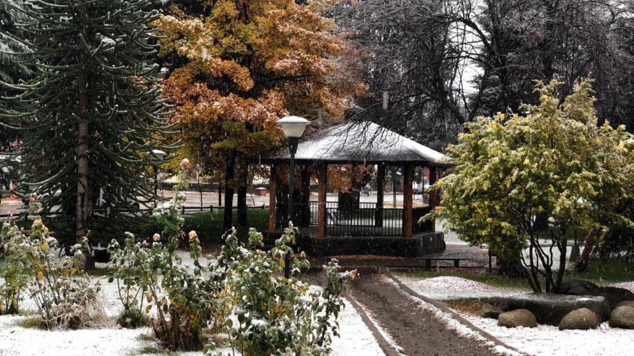 En la plaza de Aluminé se comienza a acumular nieve