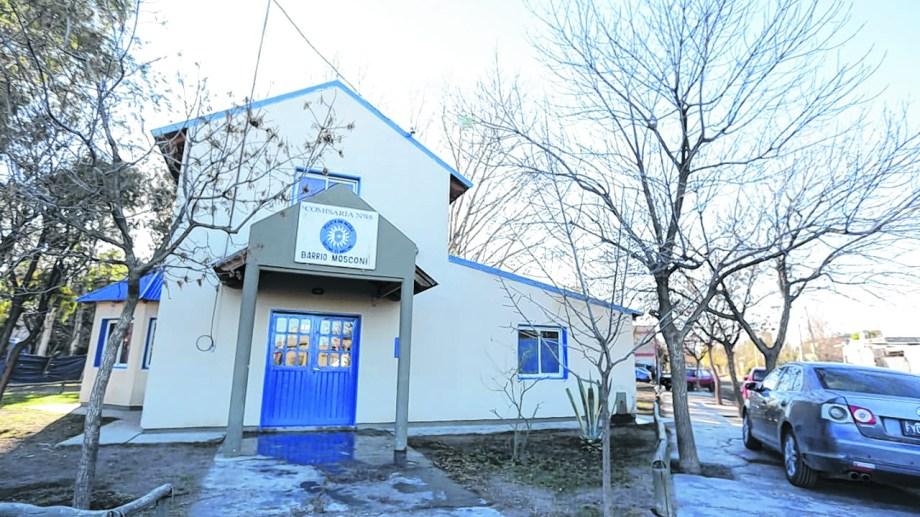 Según indicaron fuentes policiales, en la Comisaría 48 de Roca se realizó una reunión sin respetar las medidas de prevención.