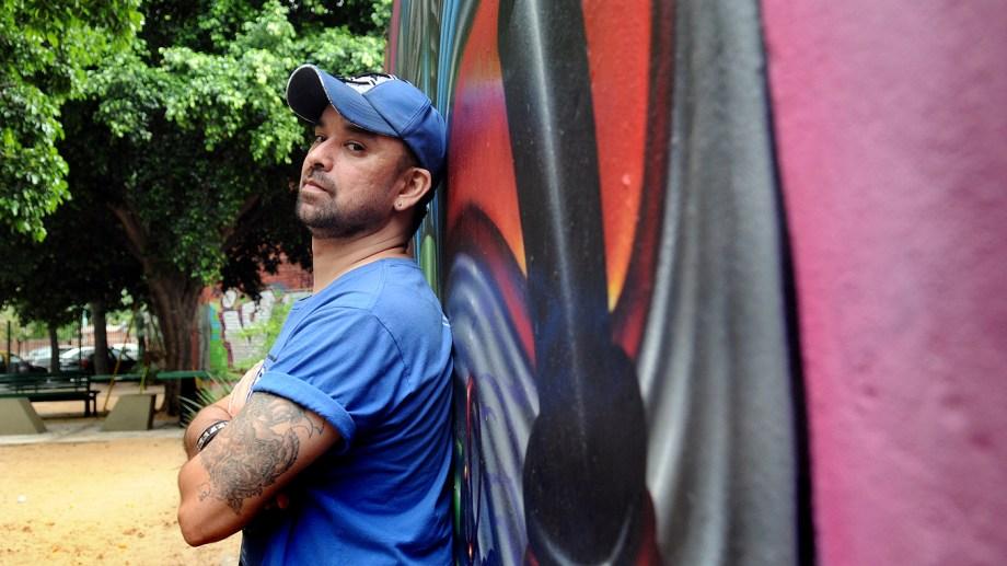 """Oyola nació en 1973. Se crió en el Oeste del Gran Buenos Aires. Es escritor de policiales y """"DJ de asaltos"""". Entre sus libros se destacan """"Chamamé"""" y """"Kryptonita"""", además del libro de relato """"Nunca corrí siempre cobré""""."""