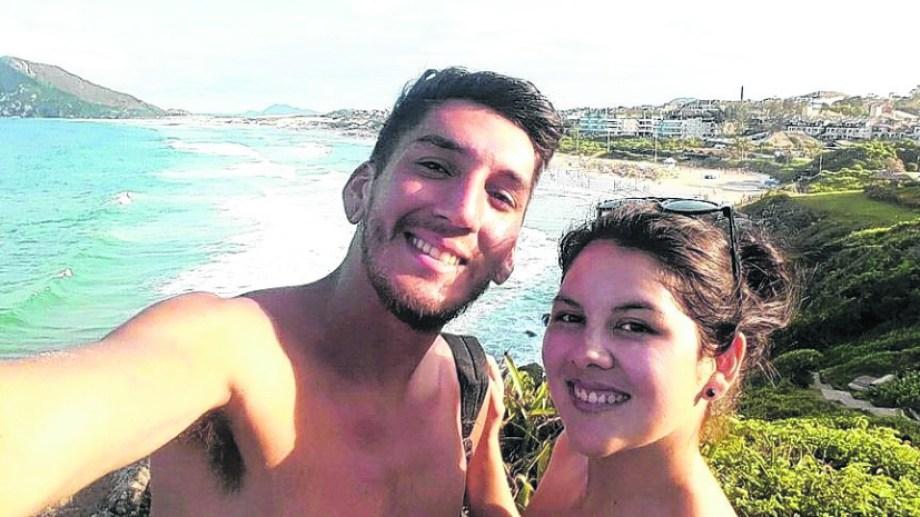 Lilen Ortiz con su novio Braian Rivas en Florianópolis, disfrutando de la playa.