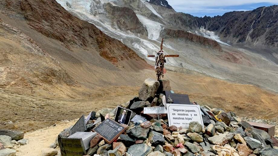 Debajo de estas piedras se encuentra una fosa comun. Alli se depositaron todos los restos. Una cruz, rosarios, fotos y plaquetas, enmarcan este memorial. Fotos de Dardo Gobbi / Enero 2020.