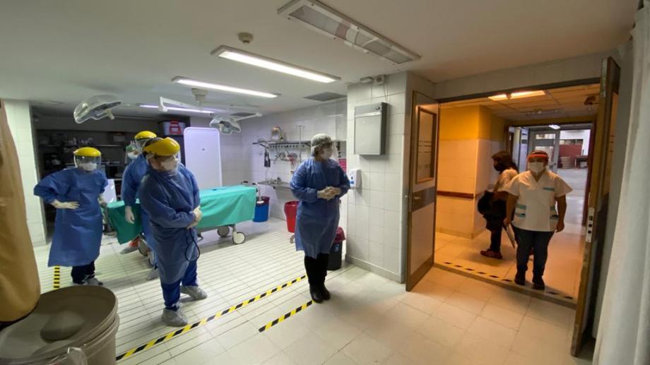 La foto fue sacada durante uno de los simulacros de atención a pacientes con coronavirus, la pandemia que trajo una nueva realidad para el personal de salud. (Archivo Gentileza).-