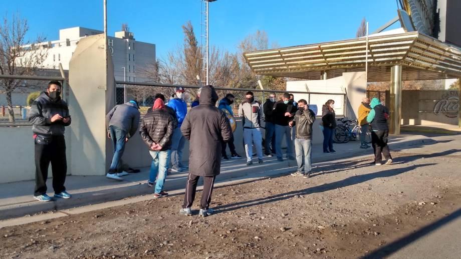 Trabajadores del casino de Cipolletti reclaman pago de sueldo. (Foto: Gentileza Miguel Ángel Parra)