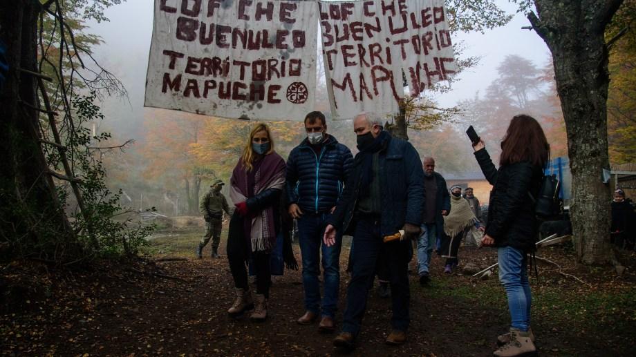 Bariloche 07/05/20 Gabriel Fuks secretario de Articulación Federal de Seguridad de Nacion recorrio el territorio que reclama la comunidad Mapuche Buenuleo. Participaron tambien Gaston Perez Estevan, Ministro de Seguridad de la Provincia y Magadalea Odarda. Foto: Marcelo Martínez