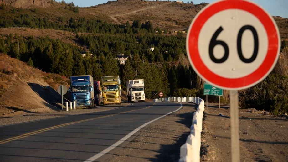 Camiones procedentes de Chile cruzan todos los días por el ejido de Bariloche y Dina Huapi. (Foto de archivo de Alfredo Leiva)