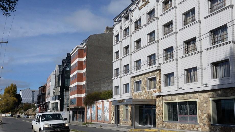 Bariloche tiene unos 15.000 trabajadores vinculados a la hotelería y gastronomía que formalmente están suspendidos. Foto: Alfredo Leiva.