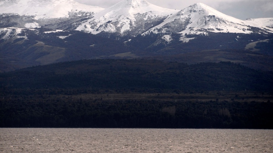 La nieve se visualiza en las montañas que rodean Bariloche y también en el cerro Catedral. Foto: Alfredo Leiva