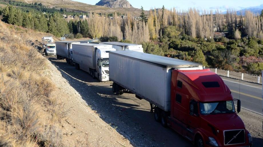 Los camiones chilenos transitan por la ruta 40 la Patagonia Argentina para llevar mercadería al extremo sur de su país. Foto: Alfredo Leiva