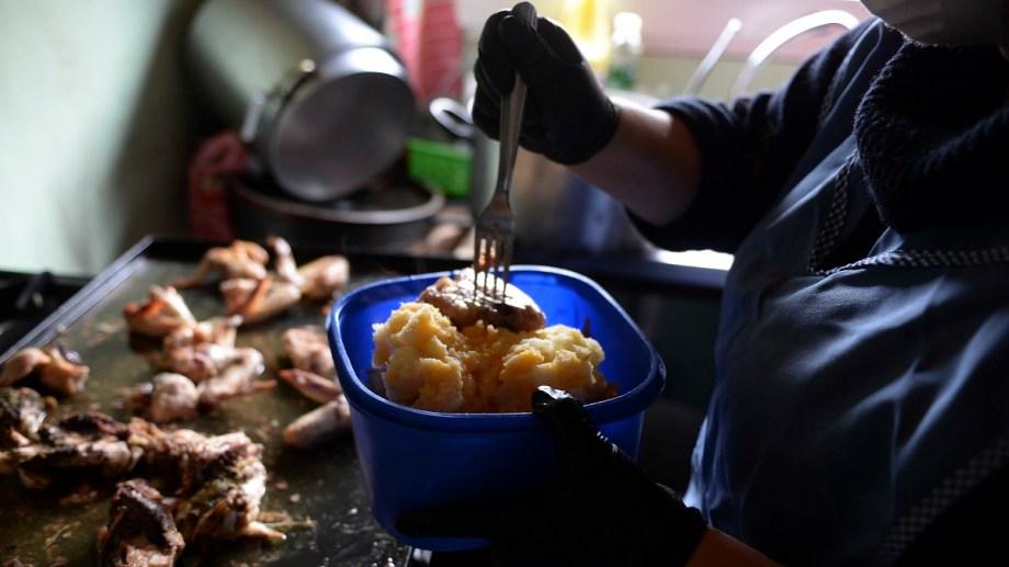 La asistencia alimentaria en Bariloche se multiplicó y llegó en mayo a más de 13.000 módulos alimentarios. La ciudad sigue en emergencia. Foto: Alfredo Leiva