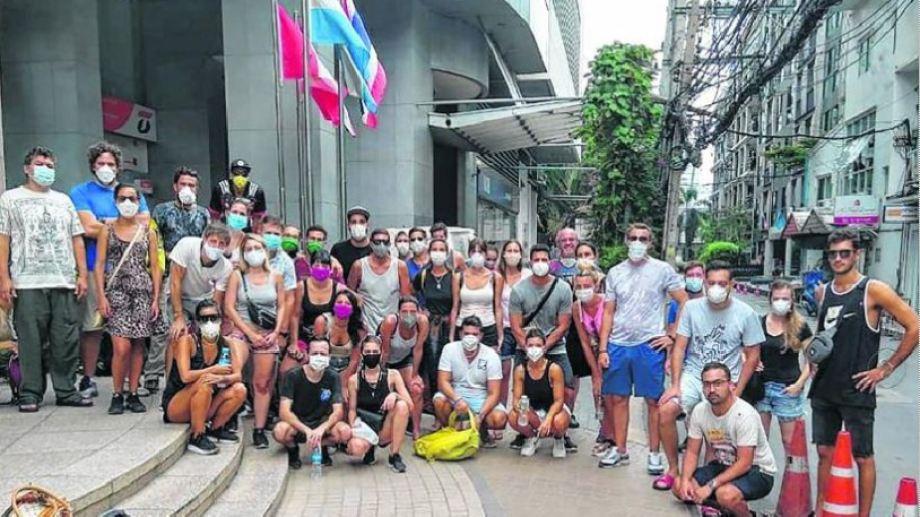 Argentinos varados en Tailandia frente a la embajada, que cerró sus puertas.