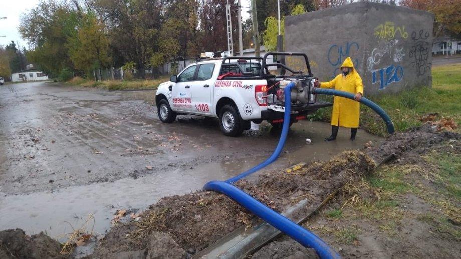 Defensa Civil Limpiando bocas de tormenta y desagotando esquinas en barrios de la ciudad. Foto: Twitter @panchobaggio