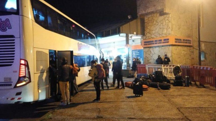 Así llegaron a San Martín, esta madrugada, los vecinos varados en Andorra. (Gentileza).-