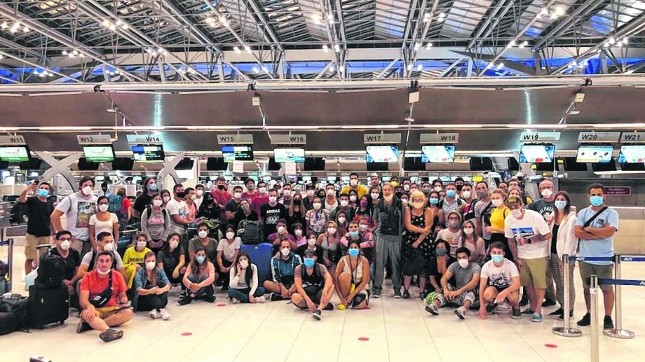 El 30 de marzo un numeroso grupos de argentinos no pudo embarcar en el vuelo de Ethiopian Airlines Bangkok - San Pablo. La embajada habia recomendado comprar pasajes por esa aerolínea (para muchos era su segundo ticket aéreo) pero Brasil prohibió pasajeros en tránsito hacia paises con fronteras cerradas. Unos 450 siguen varados en el sudeste asiático.