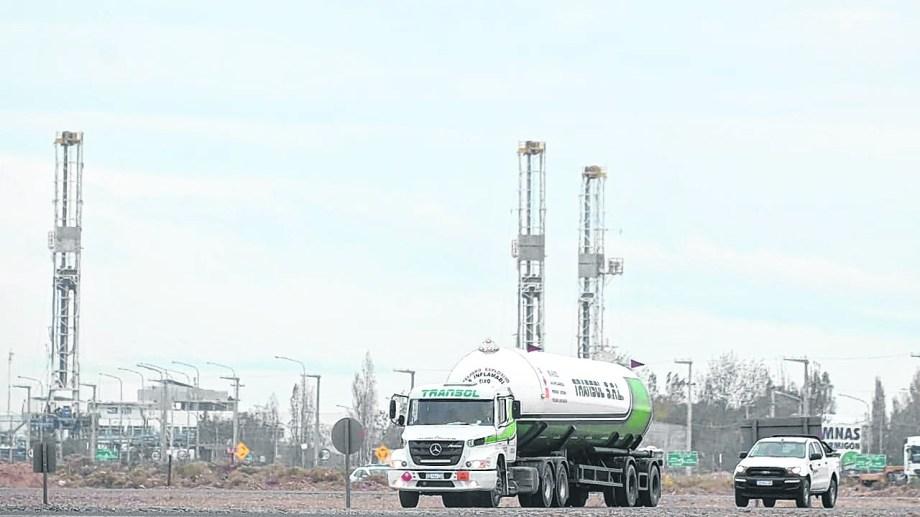 Las torres petroleras dejaron de estar en los campos y ahora se acumulan en las bases de las firmas de servicios. (Foto: Yamil Regules)