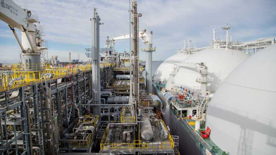 El gas natural se licúa por un proceso térmico y se lo conserva a menos 160 grados.