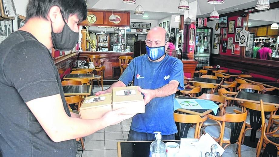 """El sistema """"take away"""", pasar a buscar por el local, no tuvo el movimiento esperado por los dueños de restaurantes y pubs. (Archivo Yamil Regules).-"""