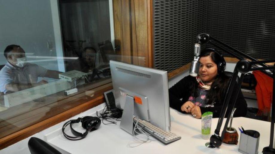 """Diariamente Claudia Huircán, en micrófonos, y Cristian García, en a operación,  emiten los """"mensajes al poblador rural"""" por Radio Nacional Jacobacci. (Foto: José Mellado)."""