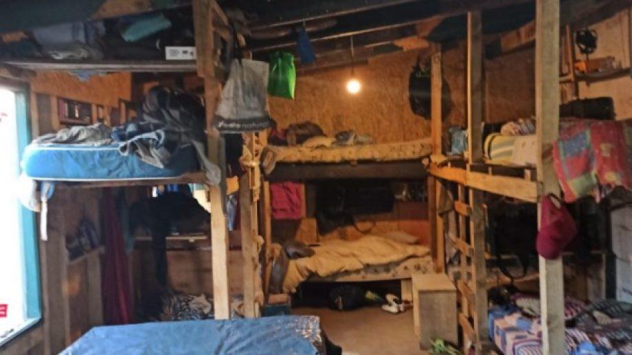 Ayer clausuraron una obra de construcción privada en San Martín de los Andes, en la que nueve obreros vivían hacinados.  (Foto: Gentileza).