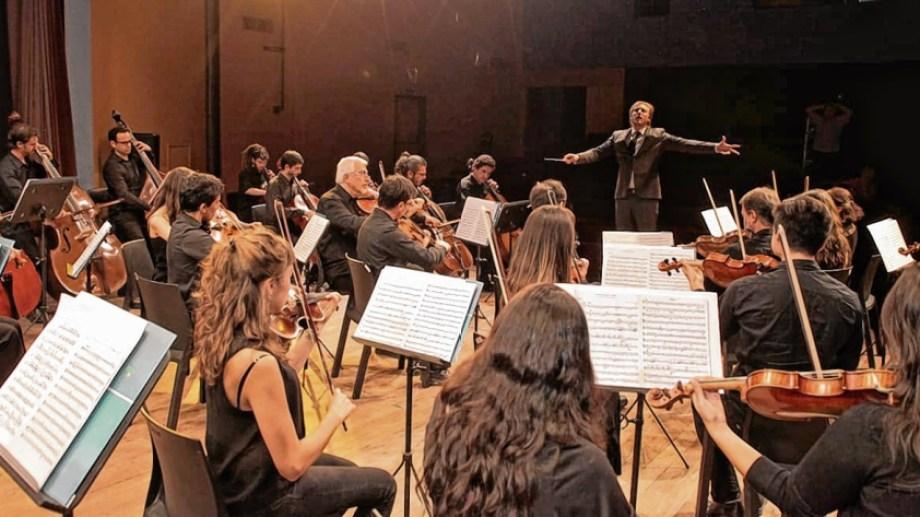 La Orquesta Sinfónica de la Provincia de Río Negro interpreta obras de Sergei Rachmaninoff y Vasily Kalinnikov.