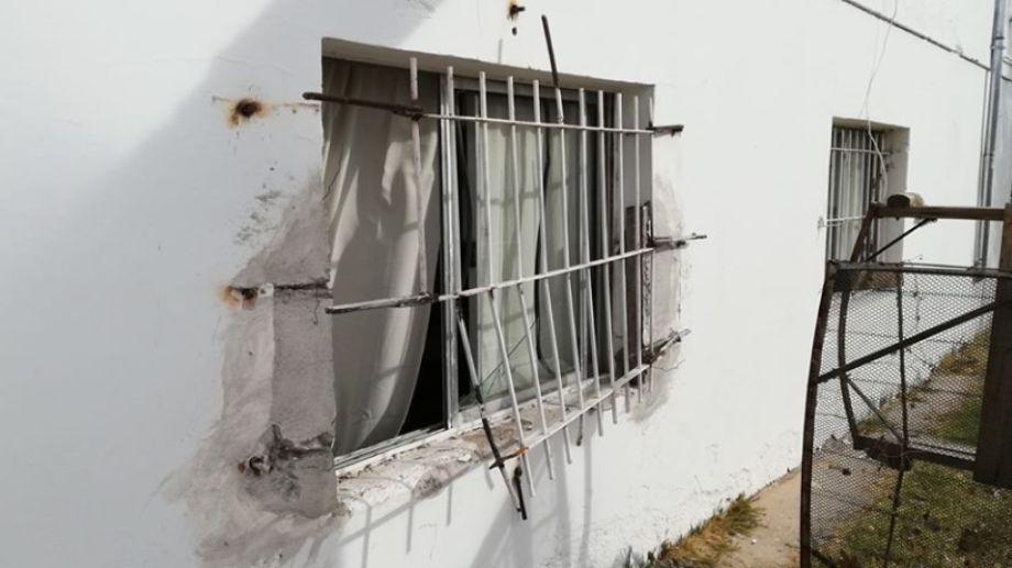 El fin de semana rompieron la reja de la ventana e ingresaron a robar al Centro de Jubilados del barrio Unión de Mayo en Neuquén. (Foto: Gentileza).