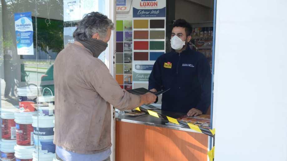 """comenzó la modalidad """"take away"""", compre por viía electrónica y retire en puerta. Foto Yamil Regules"""