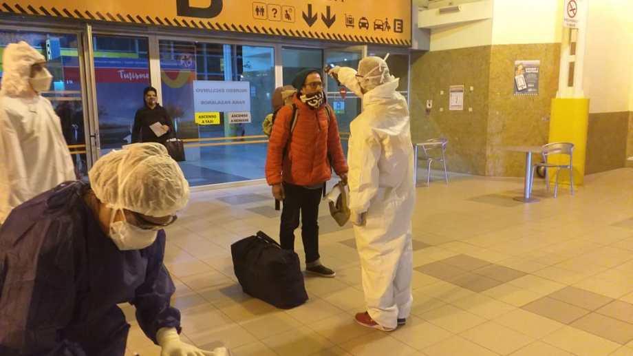 Los repatriados en la Terminal de Neuquén (ETON) ingresan por la puerta B (foto Yamil Regules)