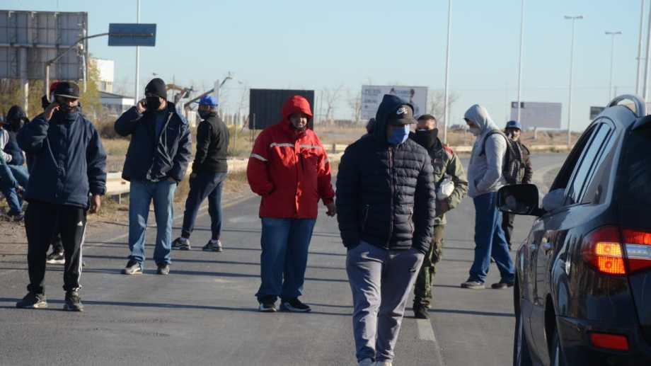 Trabajadores desocupados de Uocra ya han cortado las rutas durante la cuarentena para hacer visible su reclamo. (Archivo Yamil Regules).