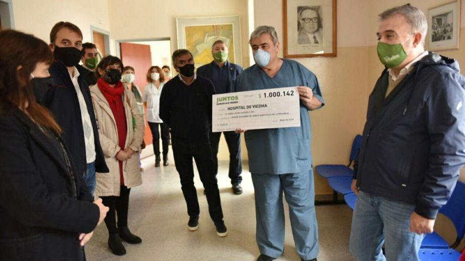 El intendente Pedro Pesatti estuvo en la entrega de aportes para el hospital Zatti de Viedma. Foto: gentileza.-