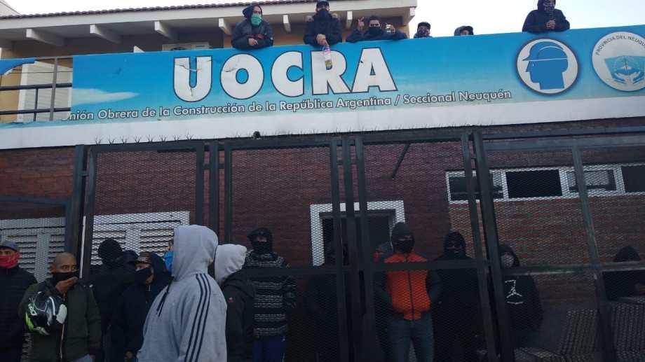 La sede de Uocra en Neuquén capital fue tomada el martes. (Gentileza).-