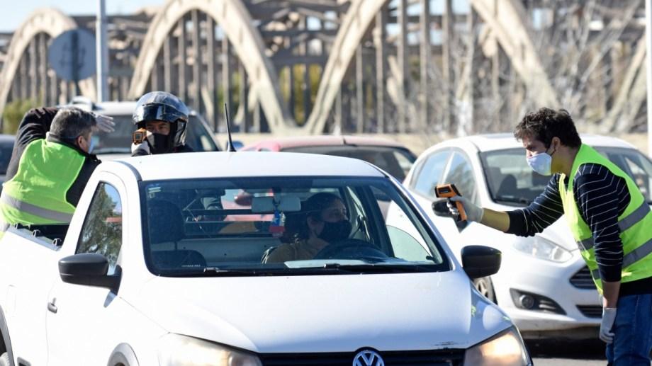 Desde hoy y por una semana, solo pueden pasar por los puentes quienes se desempeñan en los primeros 24 rubros que se exceptuaron de la cuarentena. (Archivo Yamil Regules).-