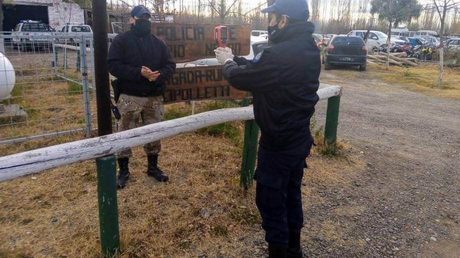 Control de temperatura a policías para evitar contagios. (Foto gentileza)