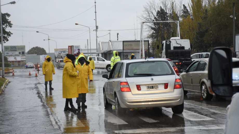 Municipales en los controles hoy en los puentes carreteros (foto Florencia Salto)