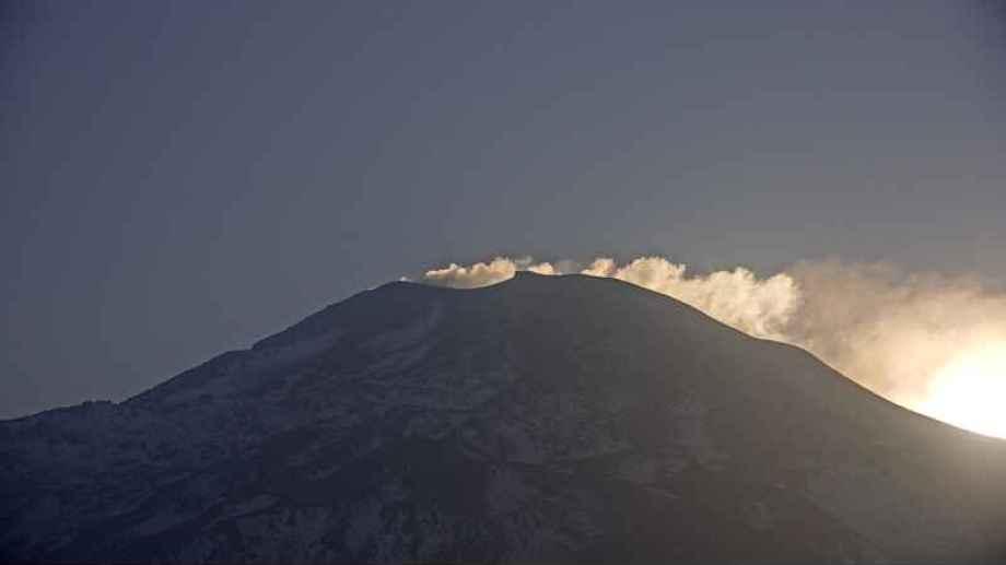El volcán Nevados de Chillán ha registrado varias explosiones, pero mantiene el alerta amarillo. (Gentileza).-