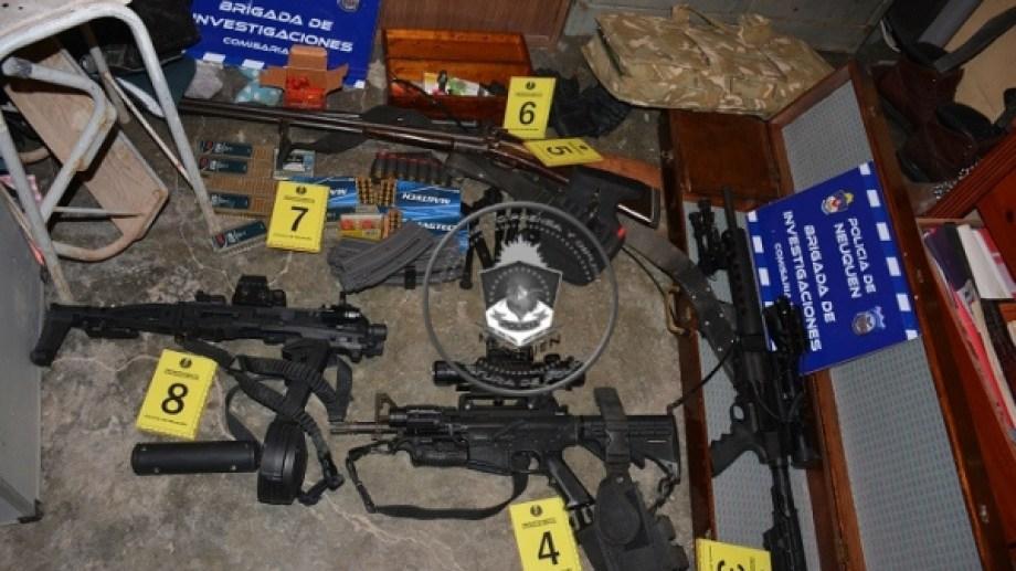 Ayer se realizaron cuatro allanamientos en distintos barrios de Neuquén capital. Se secuestró una gran cantidad de armas. (Foto: Gentileza).