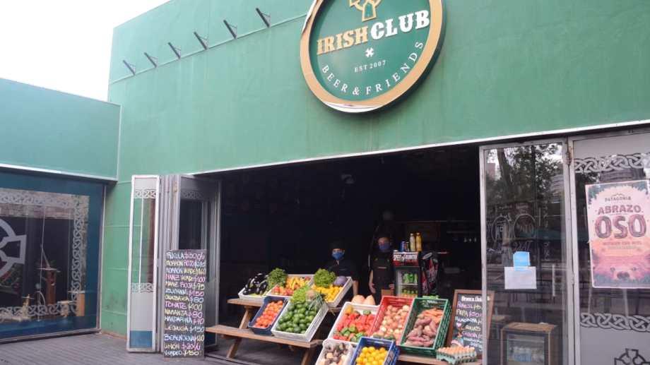 Algunos locales de comida se reinventaron y venden frutas y verduras. (FOTO: Yamil Regules)