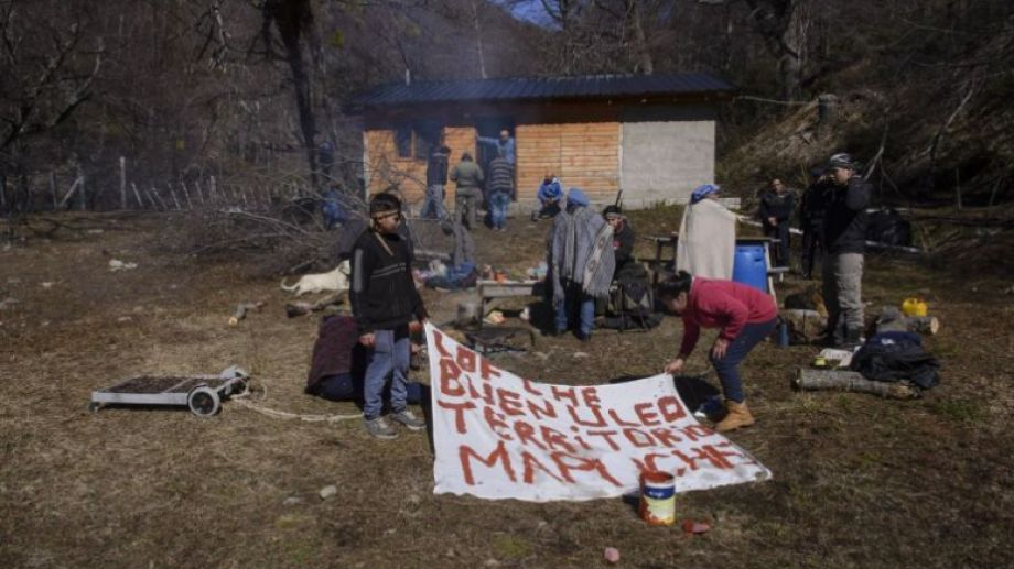 Miembros de la comunidad mapuche Buenuleo están imputados por usurpar un lote de 92 hectáreas ubicado en el cerro Ventana de Bariloche. Archivo