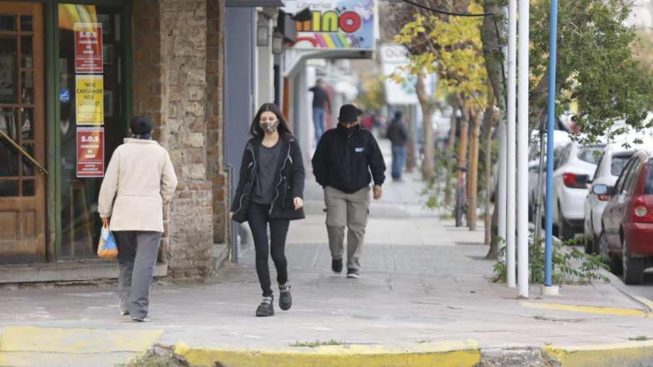 Muchos locales comerciales reabrieron ayer sus puertas. El histórico Café 43, en la esquina de Belgrano y Tucumán, sigue con sus puertas cerradas. (foto: Juan Thomes)