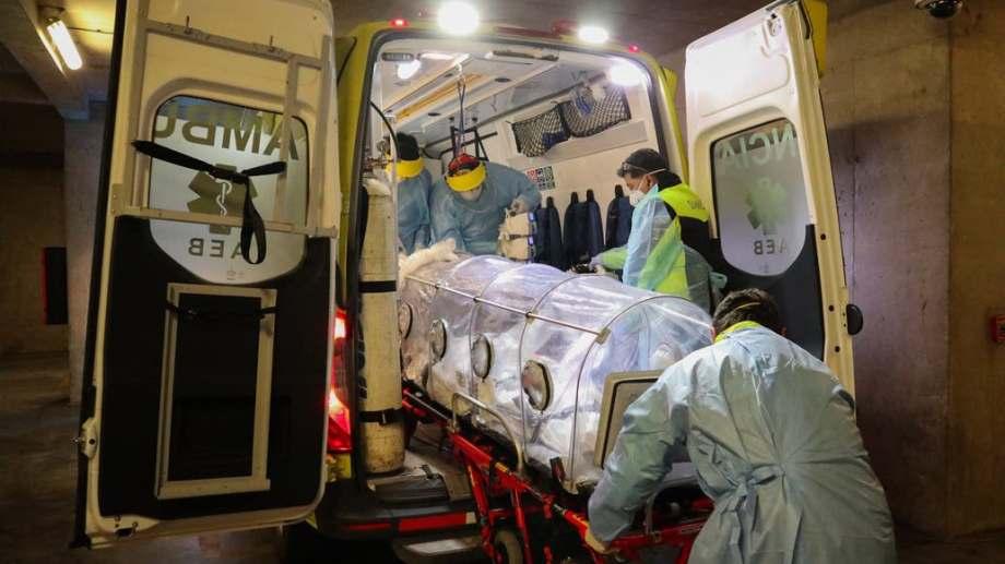 El incremento de casos en Chile generó alarma. Aseguran que hay médicos que deben elegir a qué pacientes envían al área de cuidados intensivos porque no tienen lugar. (foto: DPA)