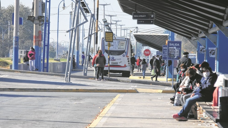 La protesta comenzó la semana pasada. El gremio UTA se mantiene firme en sus demandas para el cobro total de los sueldos. (foto: Juan Thomes)