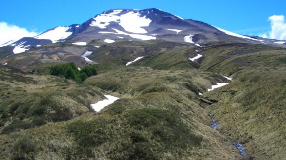 El complejo volcánico Puheyue-Cordón Caulle hizo erupción el 4 de junio de 2011 y las cenizas que emitió cubrieron gran parte de la Patagonia argentina. (Foto achivo)