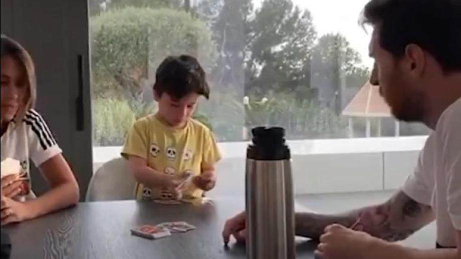 Se viralizó en las últimas horas un video de Messi jugando alUNO con sus hijos. Ese juego puede ser armado de forma casera.