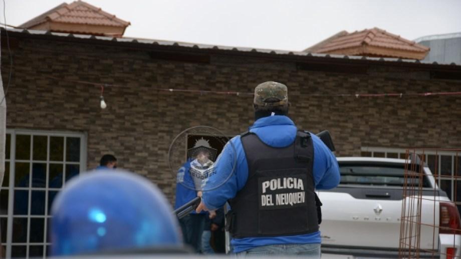 Una familia del barrio Mariano Moreno de Neuquén fue notificada por el delito de estafa, tras un allanamiento en el día de ayer. (Foto: Gentileza).