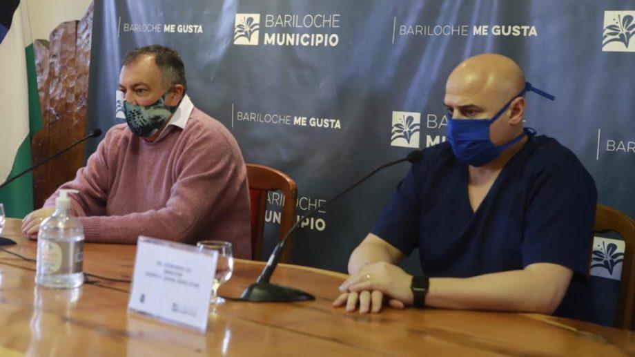 El director del Hospital Ramón Carrillo, Leonardo Gil, brindó una conferencia junto al intendente Gustavo Gennuso. Foto: gentileza
