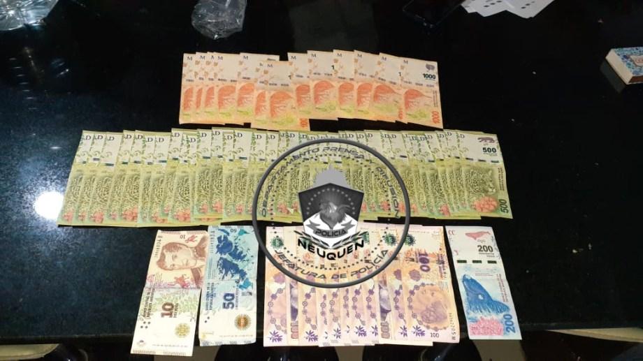 Ayer durante un allanamiento , la Policía de Neuquén recuperó parte del dinero robado a una inmobiliaria del centro de la capital. (Foto: Gentileza).